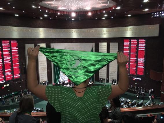 pintan de verde al senado en protesta por penalizacion del aborto en nl 2