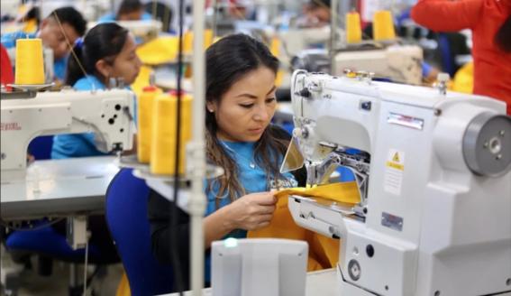artesanos mayas confeccionan uniformes de la nasa 2