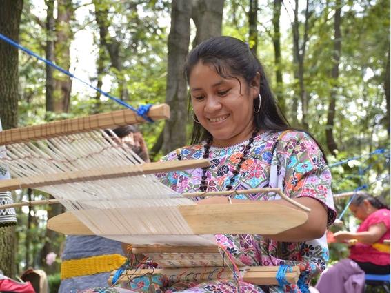 mujer amuzga tejiendo en telar de cintura 2