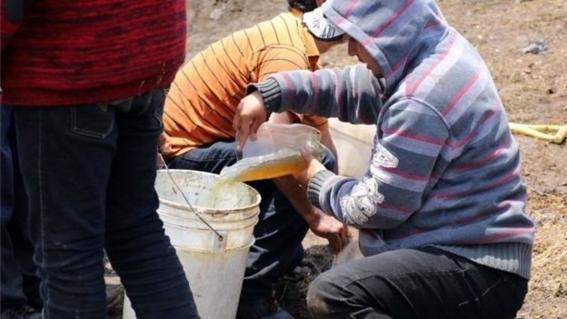 personas robando combustible de un ducto perforado 1