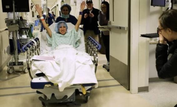donante nina martinez izquierda con el cirujano de trasplantes dorry 1
