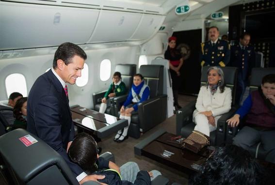 se consumieron 746 botellas de alcohol en el avion presidencial 1