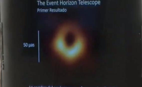 asi se ve la primera imagen de un agujero negro en la historia 1