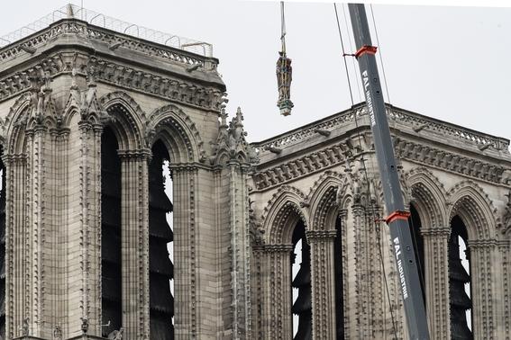 trabajadores de notre dame violaron prohibicion de fumar en la catedral 1