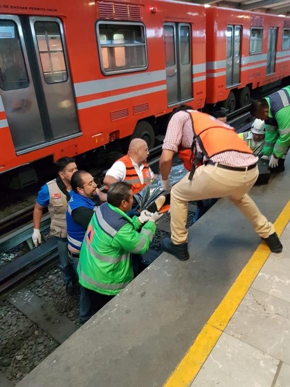 muere policia al ser arrojado a las vias del metro 1