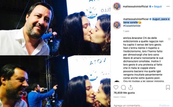 mujeres protestan con beso en una selfie 2