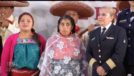 amlo felicita a las mamas de mexico con mariachis 1