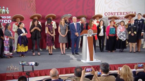 amlo felicita a las mamas de mexico con mariachis 2
