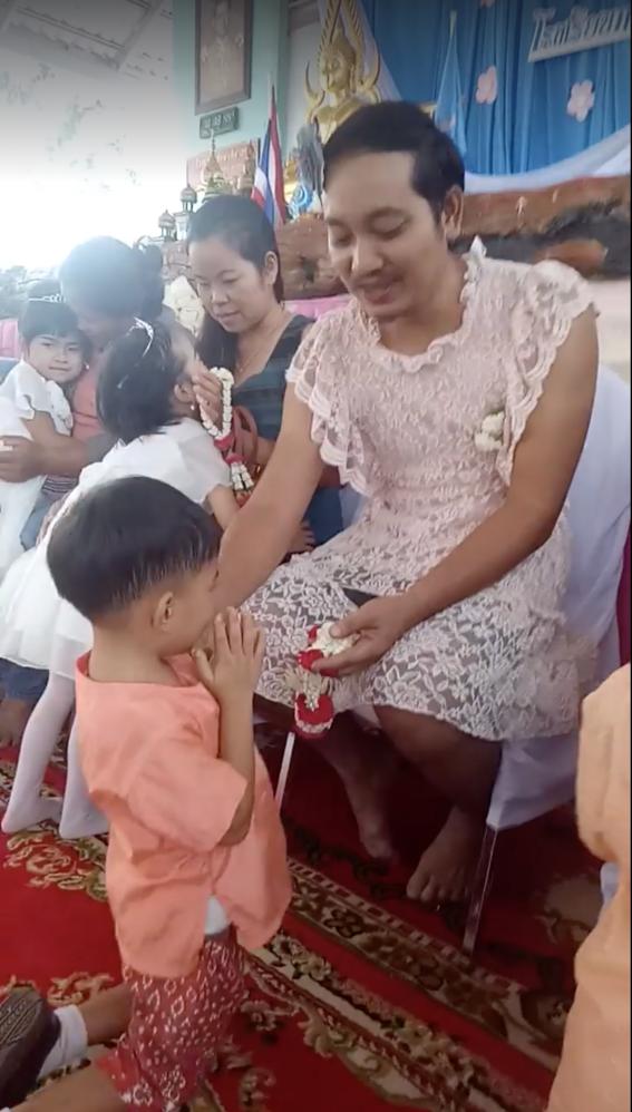papa usa vestido para celebrar dia de las madres 1