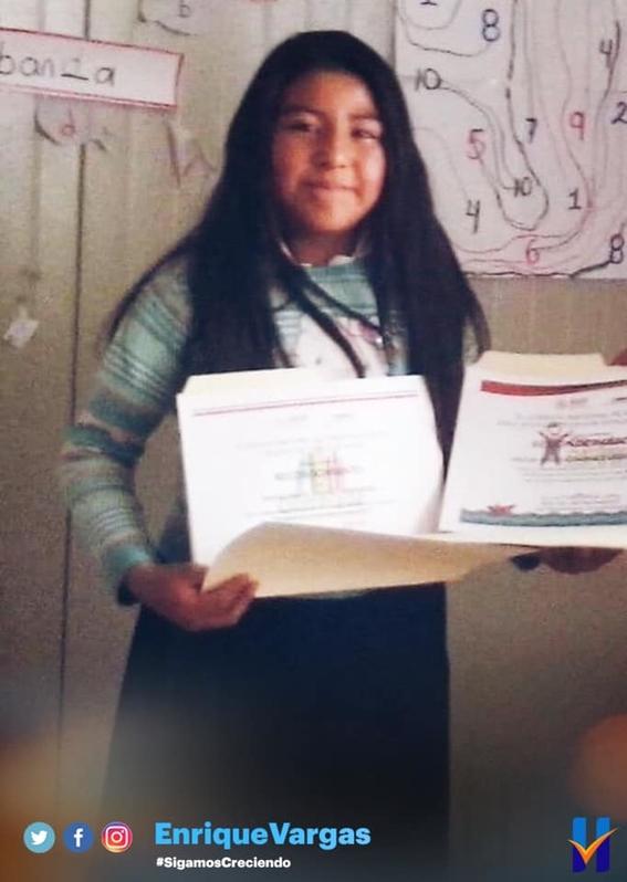 enrique vargas recibe a la ganadora de la olimpiada nacional del conocimiento 1