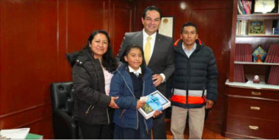 enrique vargas recibe a la ganadora de la olimpiada nacional del conocimiento 2