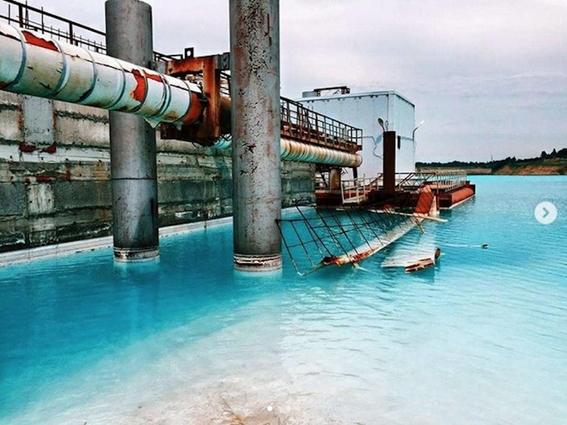 alertan que hermoso lago color turquesa en siberia es un basurero toxico 1