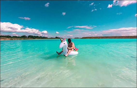 alertan que hermoso lago color turquesa en siberia es un basurero toxico 2
