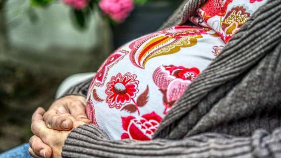para proteger a las mujeres embarazadas se busca sancionar a los hombres con una multa de 40 mil pesos y hasta seis anos de carcel 1