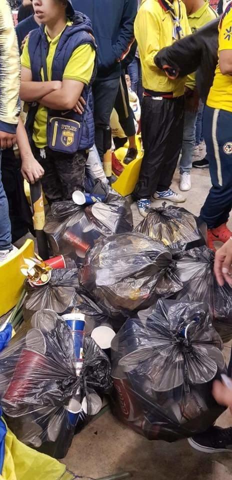 aficionados del america limpian el estadio azteca despues de un partido 1