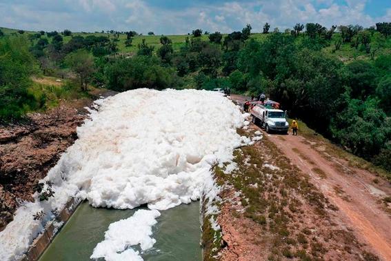 espuma toxica cubre la presa valsequillo en puebla 2