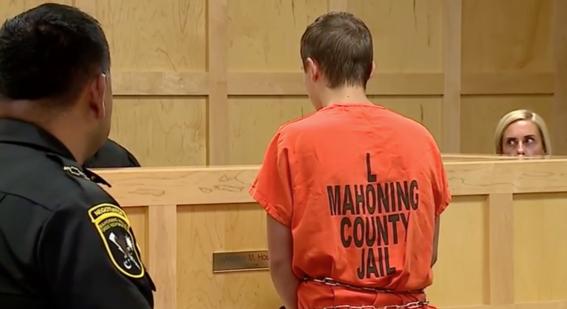 arrestan a adolescente por comentarios sobre tiroteos y descubren arsenal en su casa 2