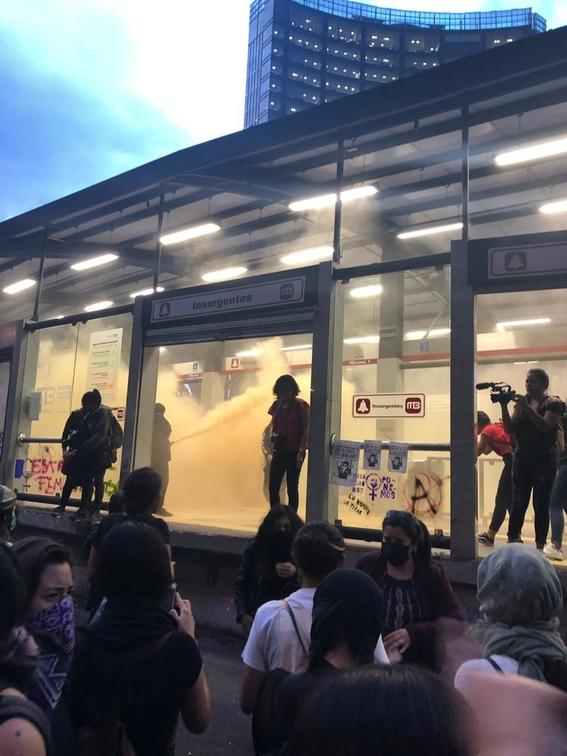 las imagenes de mujeres rompiendo cristales y rayando paredes han confrontado a la poblacion sin embargo ¿que origino que se comportaran asi 2