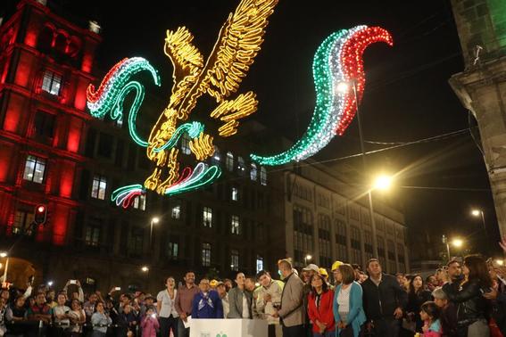 los adornos patrios que decoran el zocalo de la cdmx podran ser apreciados por los visitantes durante todo el mes de septiembre 2