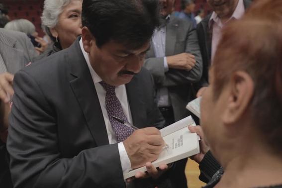 alcalde de gustavo a madero presenta libro de economia en la feria internacional del libro del ipn 1