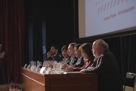 alcalde de gustavo a madero presenta libro de economia en la feria internacional del libro del ipn 2