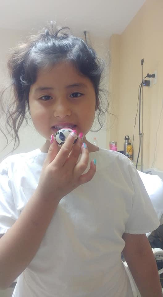 joana tiene 7 anos y junta tapitas para pagar sus quimioterapias 1