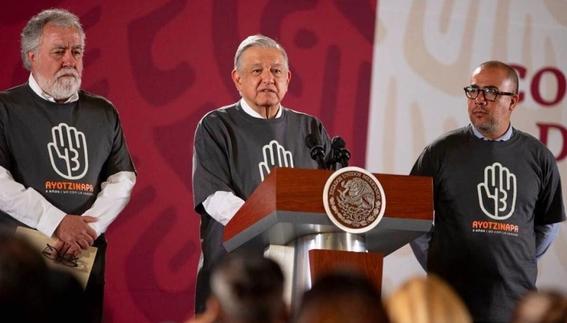 amlo se pone playera de ayotzinapa para la conferencia mananera 1