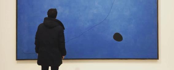 Azul pálido: la conexión cósmica entre Joan Miró y Carl Sagan