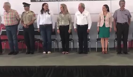 video maestro confunde juramento a la bandera con el padre nuestro 1