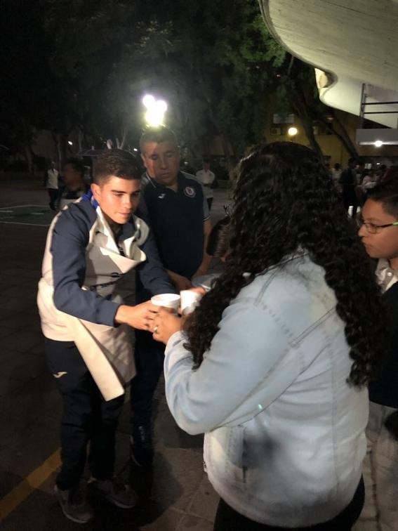 jugadores de cruz azul regalan comida en centro medico 1