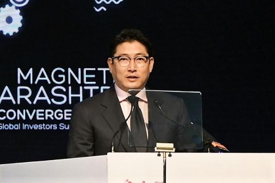 amlo sostuvo una reunion en palacio nacional con hyun joon cho en la que el empresario coreano le regalo un bar de beisbol 1