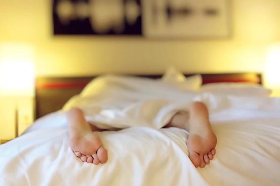 dormir con la luz prendida aumenta de manera significativa la posibilidad de padecer aterosclerosis una enfermedad cardiaca que puede ser mortal 1