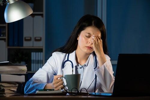 los turnos nocturnos de trabajo interrumpen el ritmo circadiano del cuerpo lo que conduce al deterioro de dos genes supresores de tumores y podr 1