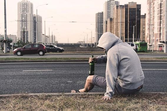al uso nocivo del alcohol se atribuye cinco por ciento de los decesos mundiales; los principales alcoholicos en el mundo son varones 1