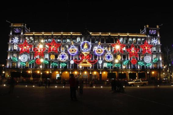 los edificios ubicados en el primer cuadro de la ciudad de mexico fueron decorados con 23 mil nodos led y seis mil lamparas 3