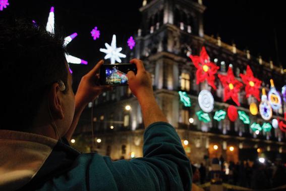 los edificios ubicados en el primer cuadro de la ciudad de mexico fueron decorados con 23 mil nodos led y seis mil lamparas 4