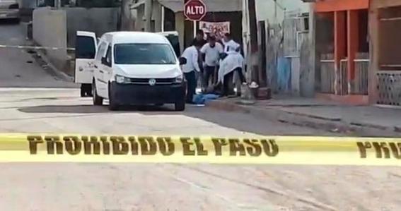 un grupo de hombrea armados ataco a un hombre a plena luz del dia mientras caminaba por calles de guaymas en el estado de sonora 1