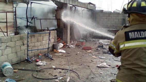 la explosion se origino en un cuarto de tabique techado con lamina ubicado en la parte posterior de una vivienda; hay una mujer y una menor lesi 1