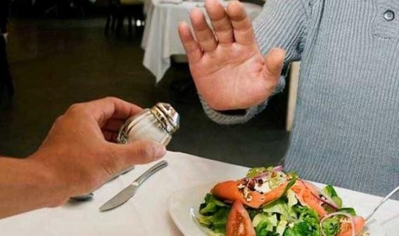 reducir el consumo de sal a menos de cinco gramos diarios por persona podrian evitar dos millones y medio de defunciones a nivel mundial 1