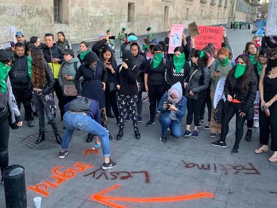 pide amlo que las manifestaciones feministas sean pacificas 1