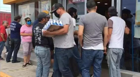hombre se contagia de coronavirus al formarse en fila para comprar cerveza 2