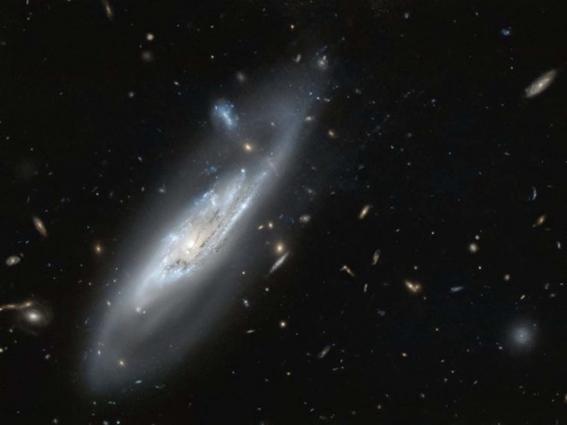 telescopio hubble descubre imagen de una galaxia fantasma 1