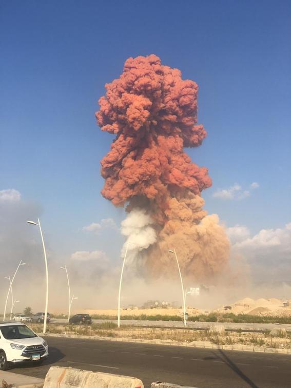 video se registra fuerte explosion en un almacen en beirut 6
