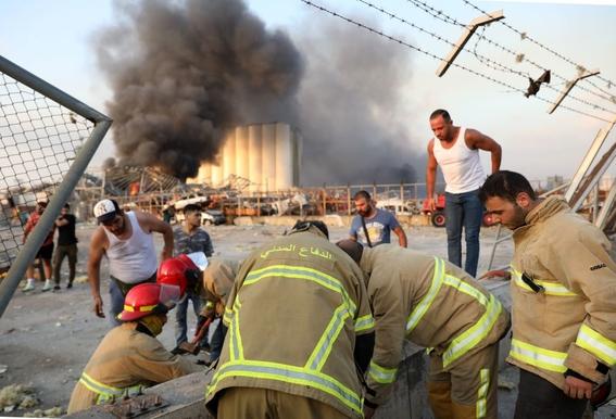 video se registra fuerte explosion en un almacen en beirut 4