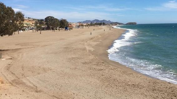 violan a una mujer mientras tomaba el sol en una playa 1