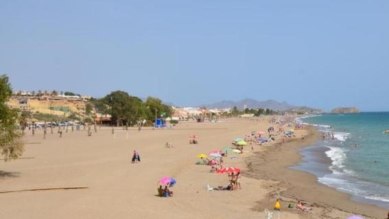 violan a una mujer mientras tomaba el sol en una playa 2