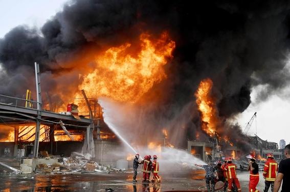 a un mes de la fatal explosion se incendia el puerto de beirut 1
