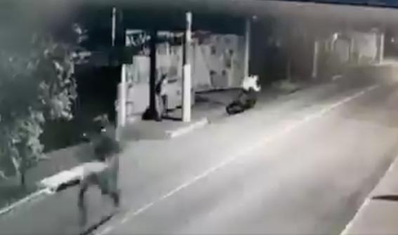 intentan asaltarla y sorprende a los delincuentes con un arma 1