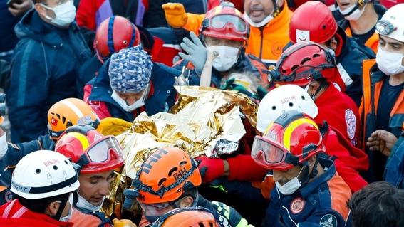 rescatan de los escombros a nina de tres anos por el sismo de turquia 1