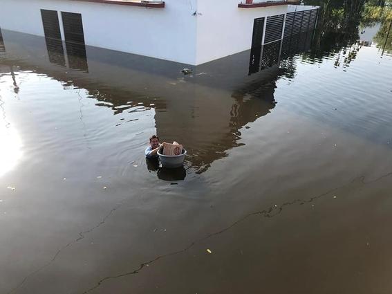 reparten pizzas nadando inundacion tabasco 2